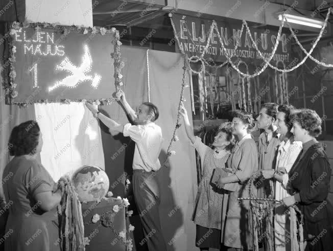 Ünnep - Május 1-i dekoráció - Egyesült Izzó