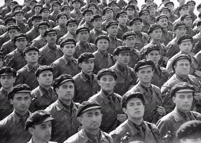 Fegyveres erők - Munkásőrök a díszszemlére készülnek