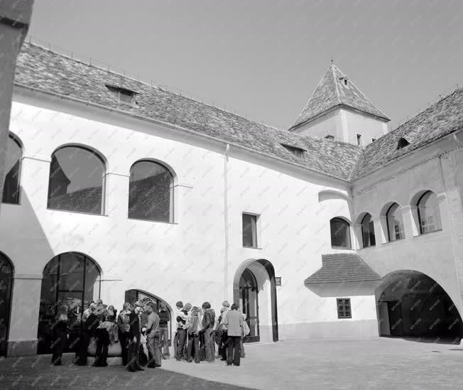 Városkép-életkép - A Jurisics-vár udvara