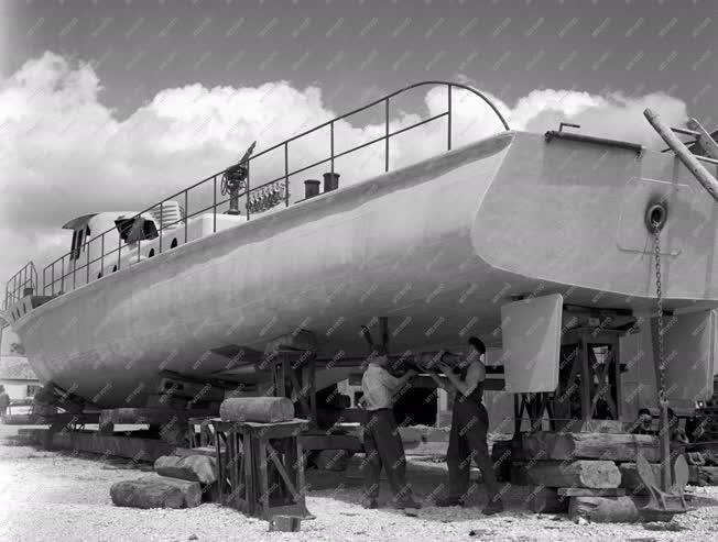 Ipar - Tűzoltóhajó épül a Balatonfüredi Hajógyárban
