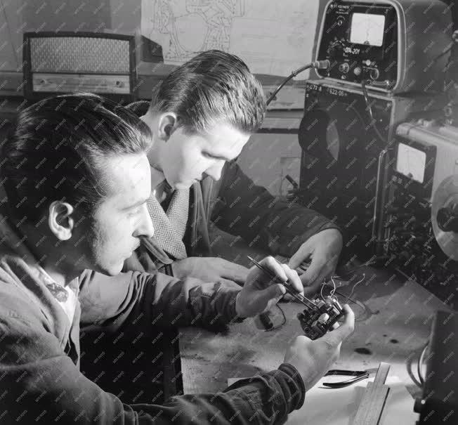 Ipar - A szakma ifjú mesterei Duó zsebrádiót készítettek
