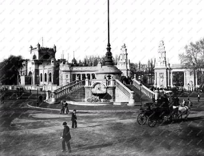 Városkép - A millenniumi kiállítás főbejárata