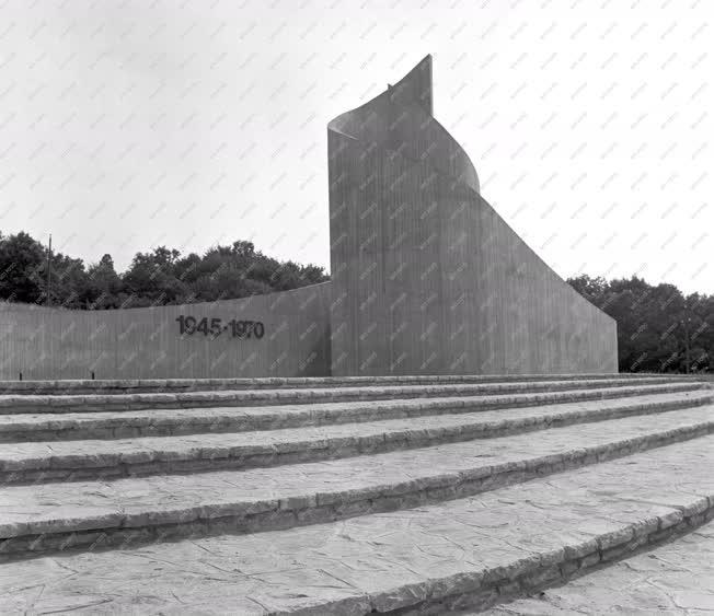 Városkép - A komlói Felszabadulási emlékmű