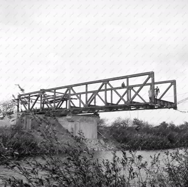 Hídépítés - A tiszakóródi híd behúzása
