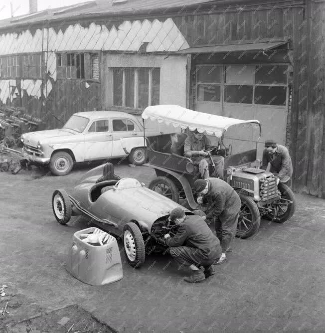 Múzeum - Megújulnak a Közlekedési Múzeum autói