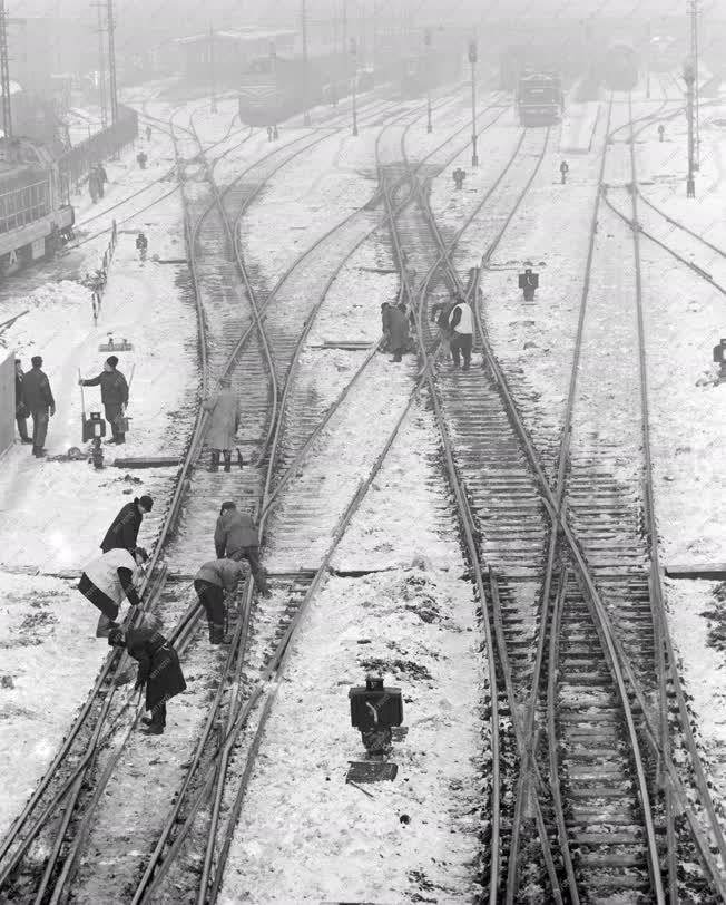 Városkép-életkép - Váltótisztítók a Nyugati pályaudvaron