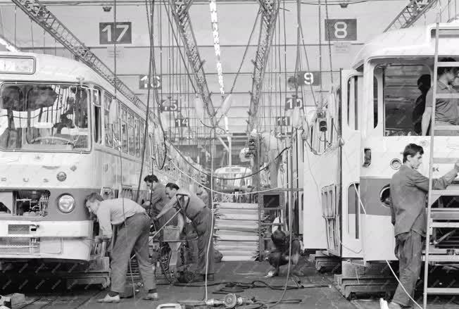 Ipar - Készülnek az autóbuszok az Ikarusban