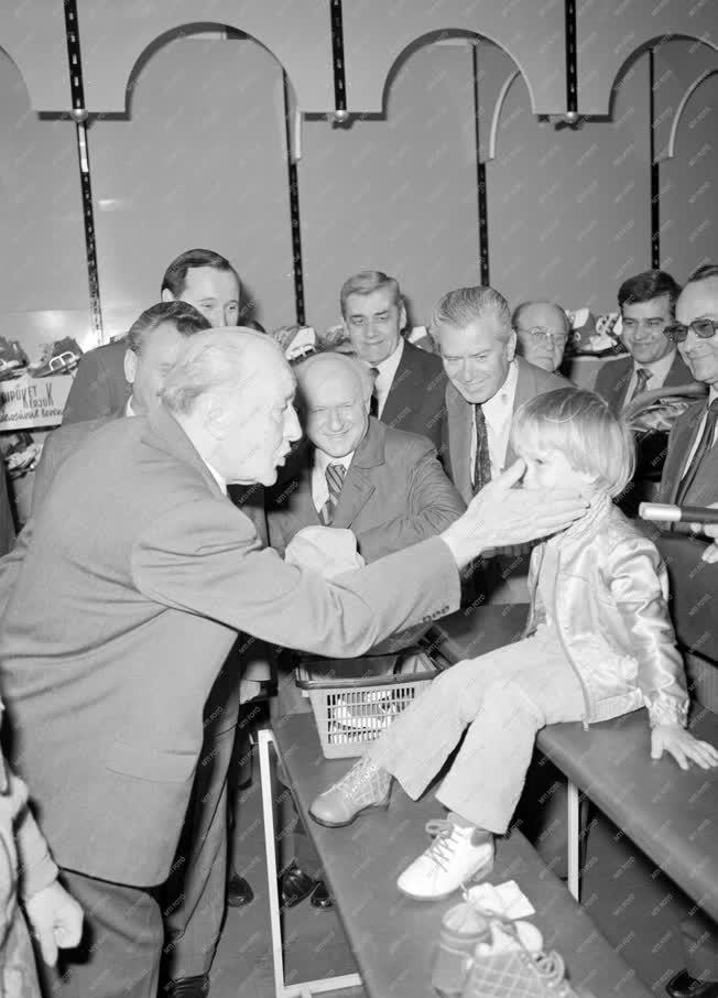 Belpolitika - Kádár János a Sugár Áruházban