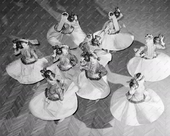 Kultúra - Népi tánc - A Debreceni Népi Együttes