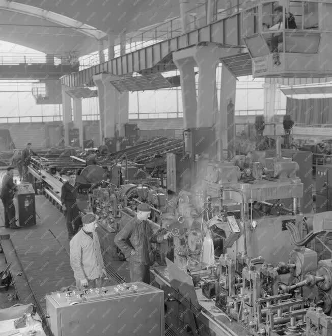 Ipar - Automata csőhegesztő üzem a Csepel Vas- és Fémművekben