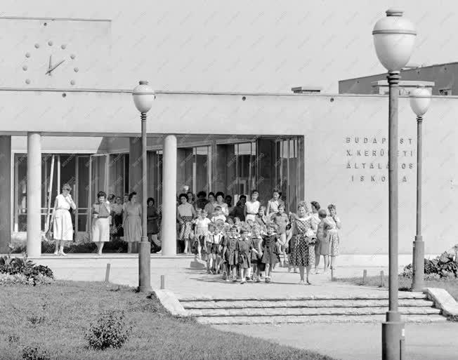 Oktatás -Első osztályosok a kőbányai Száva utca iskolában
