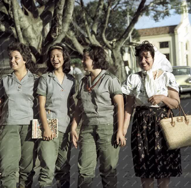 Városkép - Életkép - Kuba fiatalok