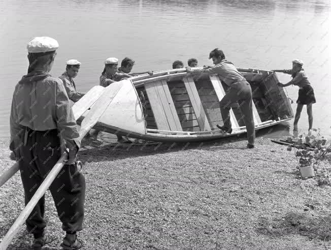 Nyaralás - Nyaralnak a Buvár Kund vízi úttörőcsapat tagjai