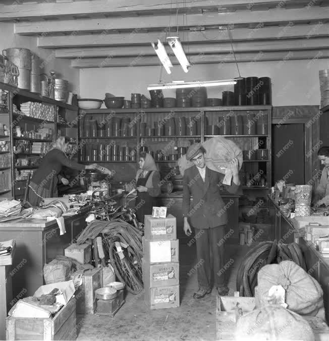 Kereskedelem - Vásárlók egy vegyesboltban