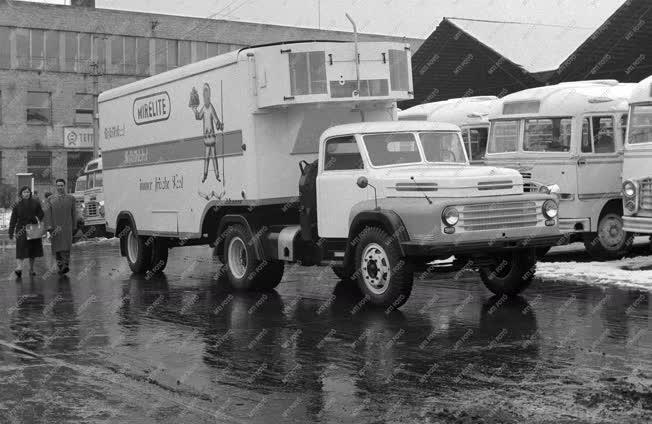 Ipar - Közlekedés - Az Ikarus első nyergesvontató hűtőkocsija