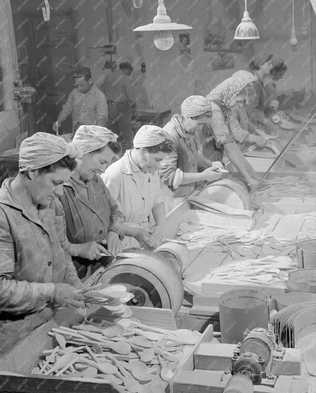 Ipar - Fakanalak a pomázi Faipari Ktsz-től