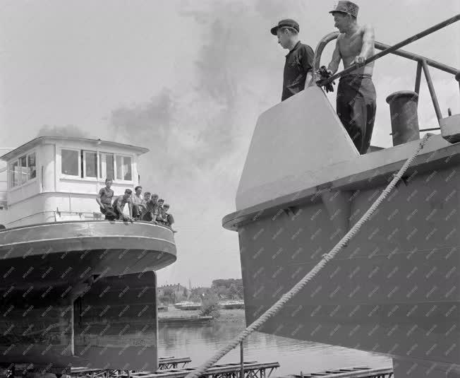 Közlekedés - Vizi közlekedés - Vontatóhajó vízre bocsájt