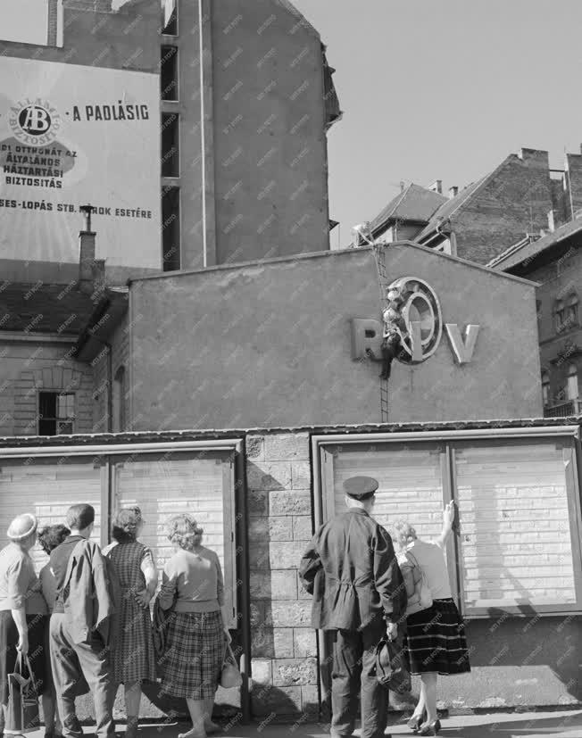Életkép - Utcai apróhirdetéseket néző emberek