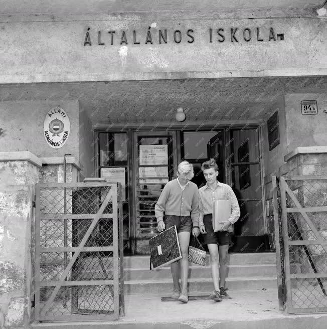 Kereskedelem - Oktatás - Kisegítő iskola bolt Nagytétényben