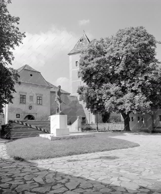 Városkép - A Jurisics-vár udvara a Jurisics-szoborral
