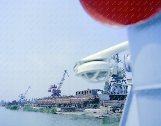 Ipar - Hajógyártás - Önjáró uszály készül Balatonfüreden