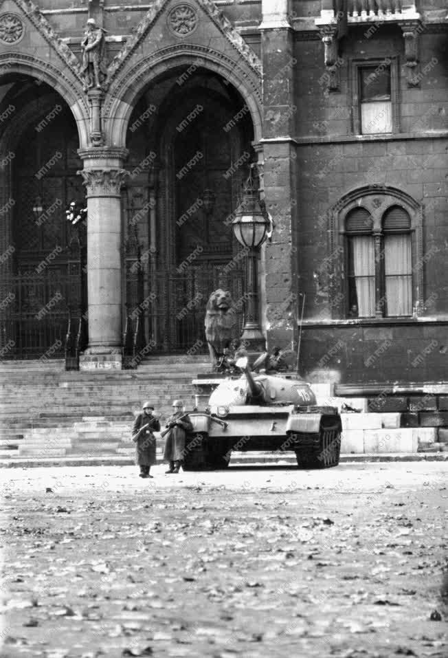 Ötvenhat emléke - Szovjet tank a Parlament előtt