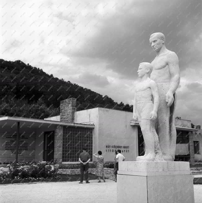 Kultúra - Munkás gyermekkel című szobor Ságvári-ligeten