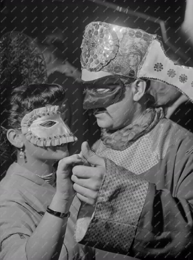 Városkép-életkép - Jelmezes farsangi mulatság