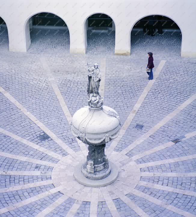 Városkép - A Mária-kút az Orsolya téren