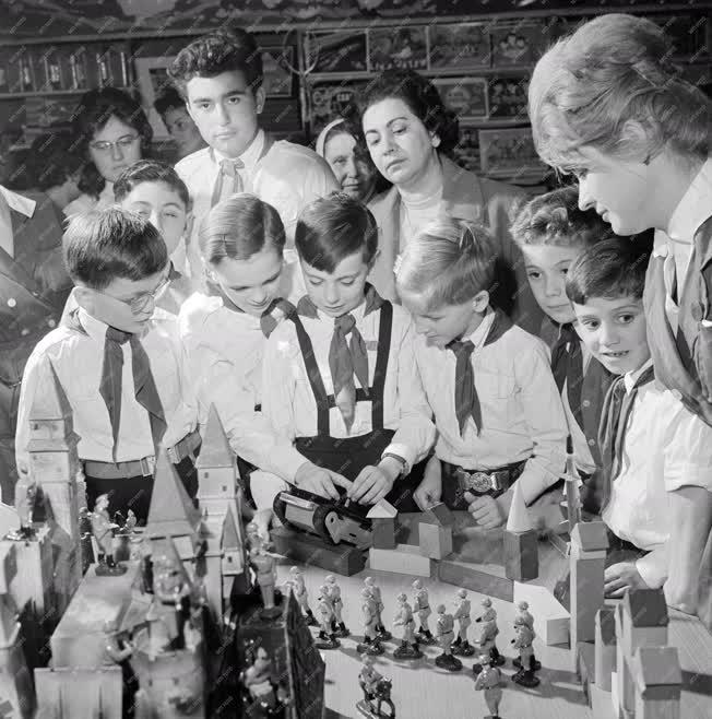 Tanulók - Játék ankét a Corvin Nagyáruházban