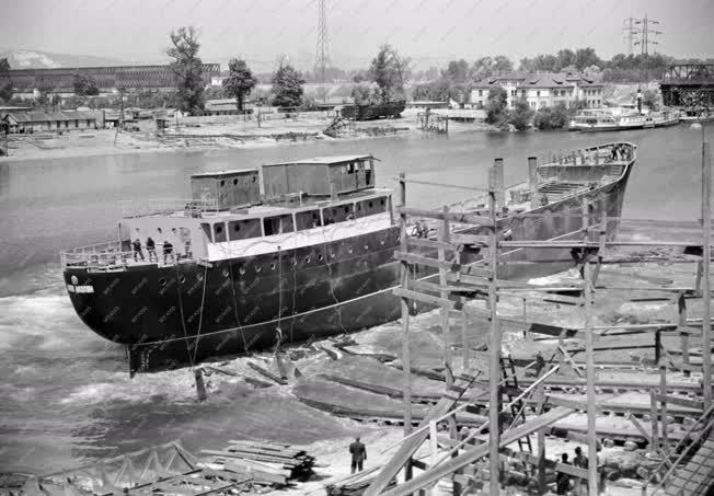 Ipar - Kereskedelmi hajó vízrebocsátása