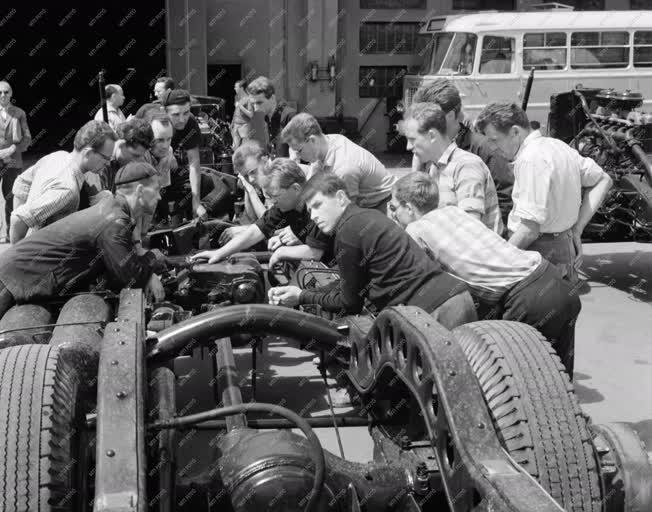 Oktatás - Német mérnökhallgatók nyári gyakorlata az Ikarus gyárban