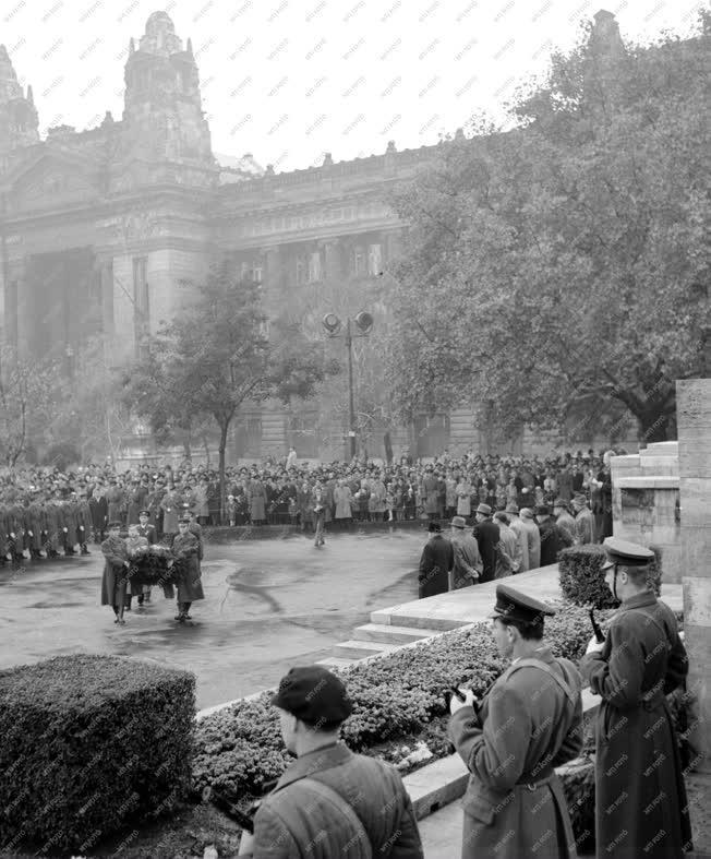 Koszorúzás - A Nagy Októberi Szocialista Forradalom 44. évfordulója