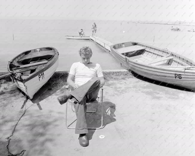 Életkép - Kereskedelem - Csónakkölcsönző a Balaton partján