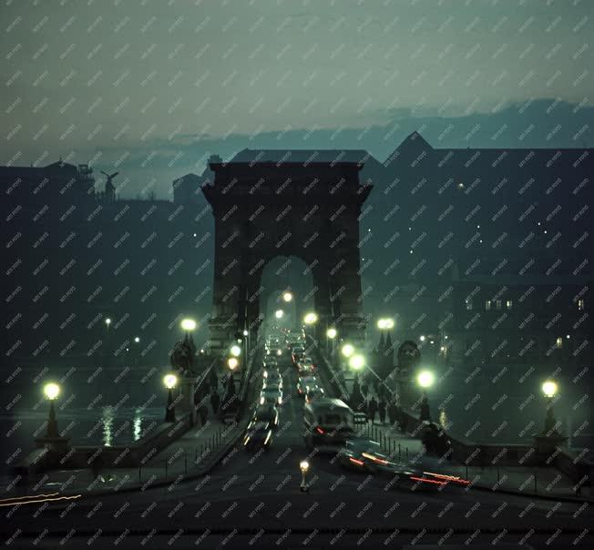 Városkép - Esti forgalom a Lánchídon