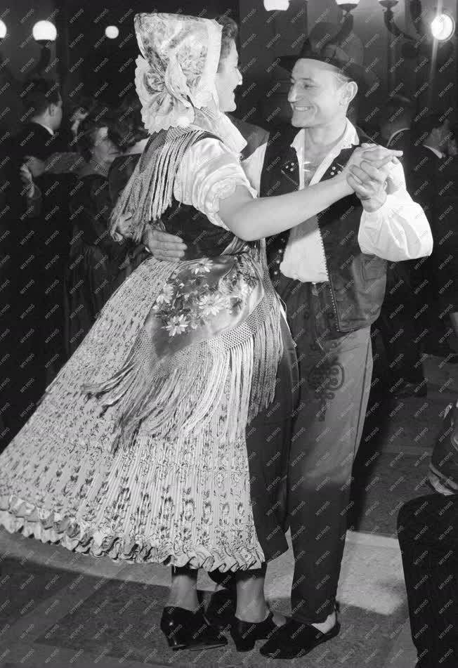Kultúra - Szórakozás - Folklór - Táncosok a svábbálon