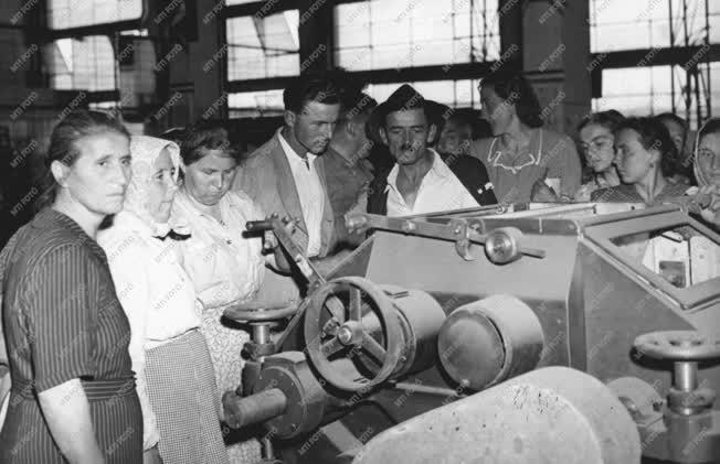 Ipar - Parasztküldöttség az EMAG-ban