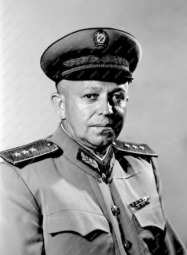 Katonaság - Személy - Bata István honvédelmi miniszter
