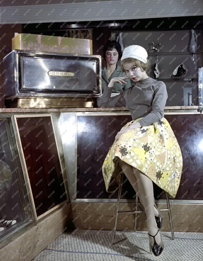 Divat - Reklám - Női ruhabemutató