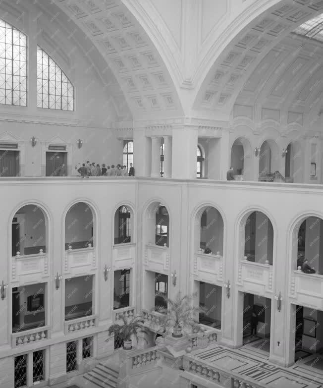 Oktatás - A Kossuth Lajos Tudományegyetem aulája
