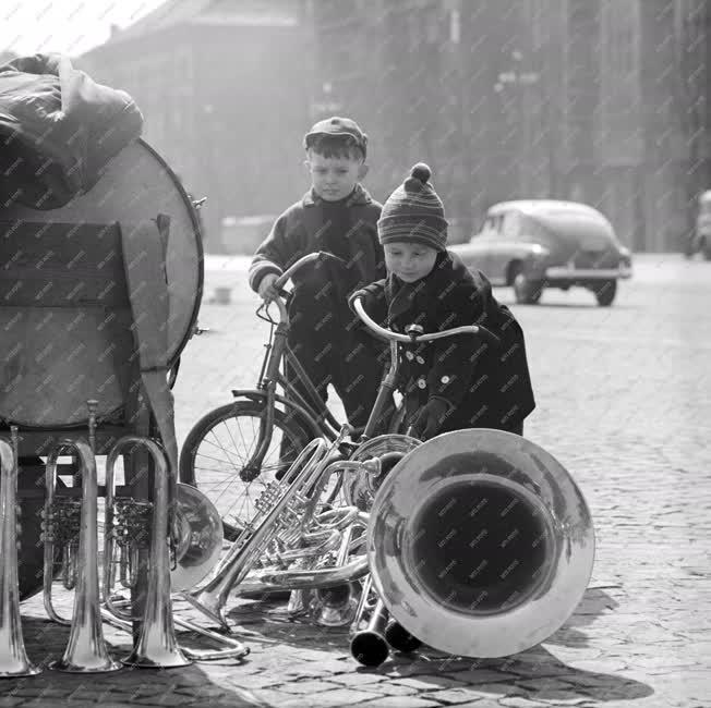 Városkép-életkép - Kisfiúk és hangszerek