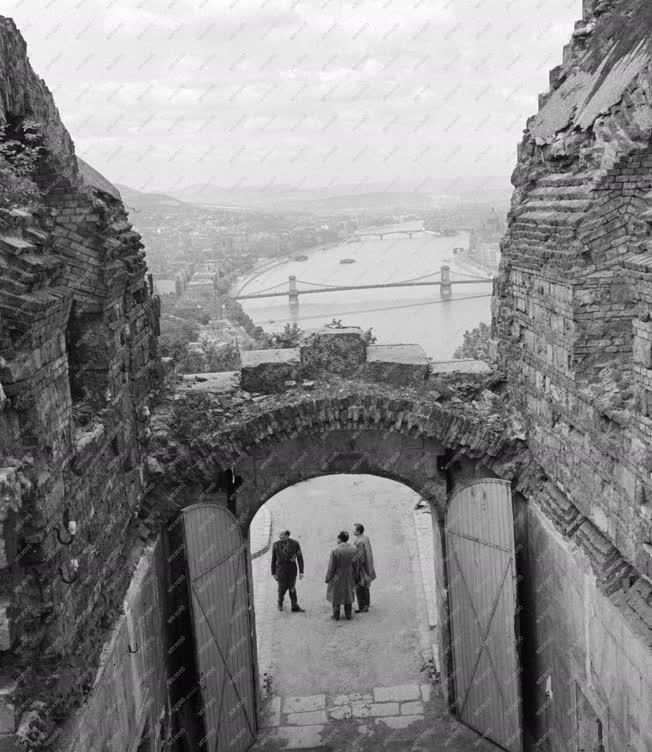 Városkép - Budapesti látkép a Citadella kapujából