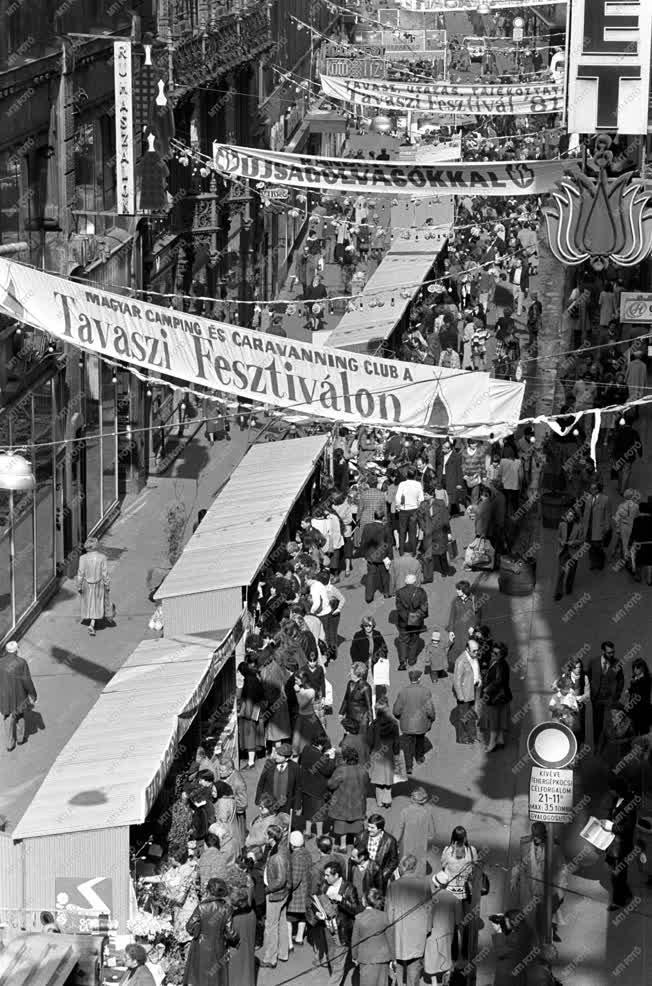 Kultúra  - Életkép - Tavaszi fesztivál a Váci utcában