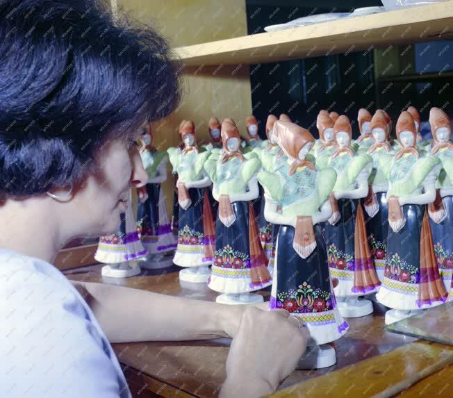 Ipar - Kultúra - Hollóházi porcelánfestő