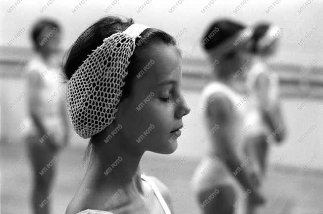 Oktatás - Elsőéves balettnövendékek