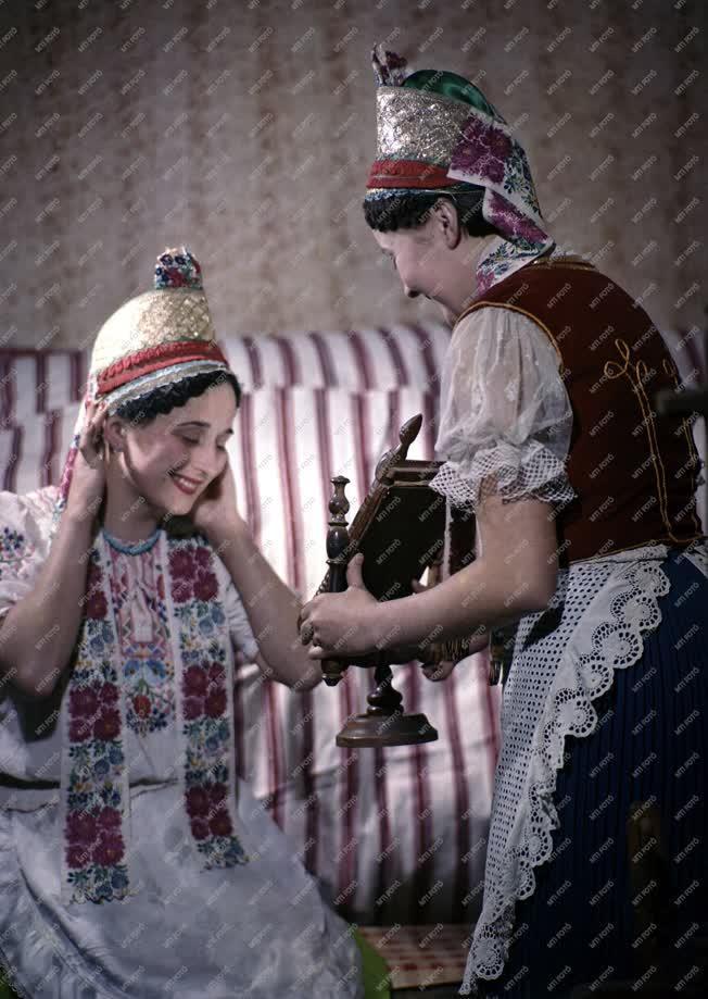 Folklór - Népviselet - Mátraderecskei palóc lány