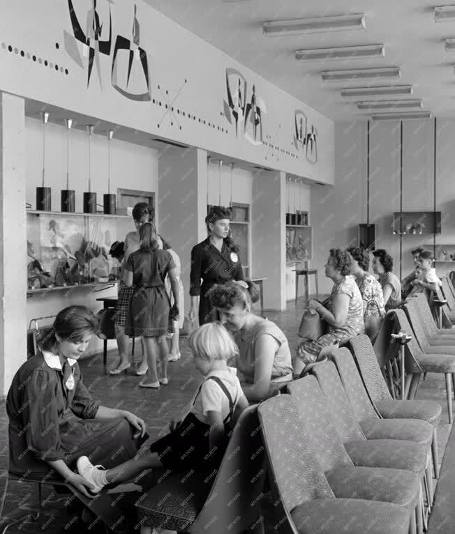 Kereskedelem - Ifjúsági cipőbolt