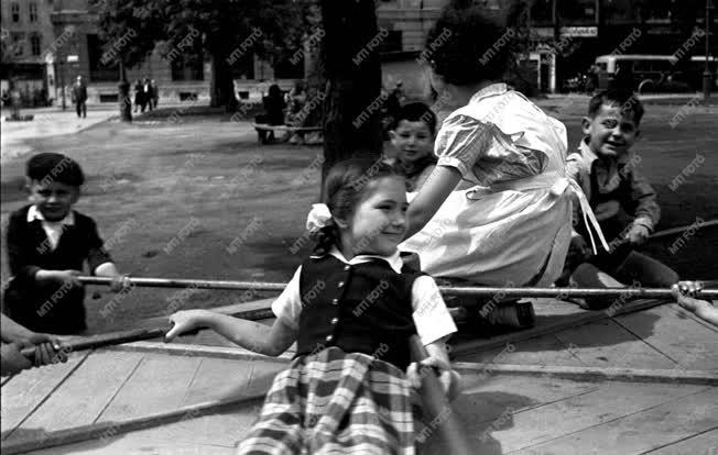 Életkép - Játszótér a Baross téren