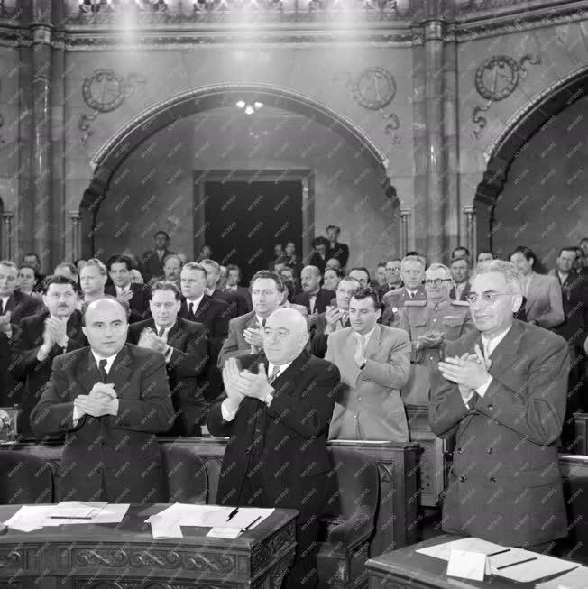 Belpolitika - Az Országgyűlés tapsol
