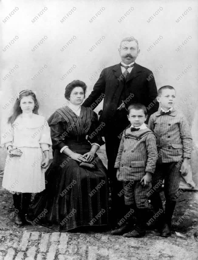 Illyés Gyula szüleivel és testvéreivel